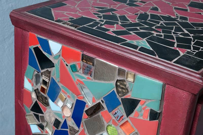 Verwandlerei Fürth - Tisch rot Mosaik nah